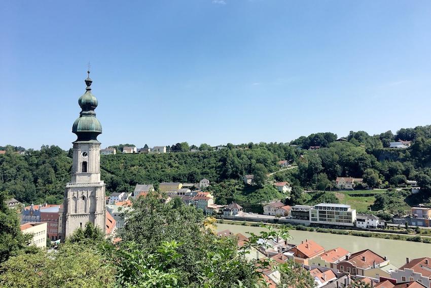 Kurzer Halt auf halben Weg: Kirche & Altstadt von Burghausen