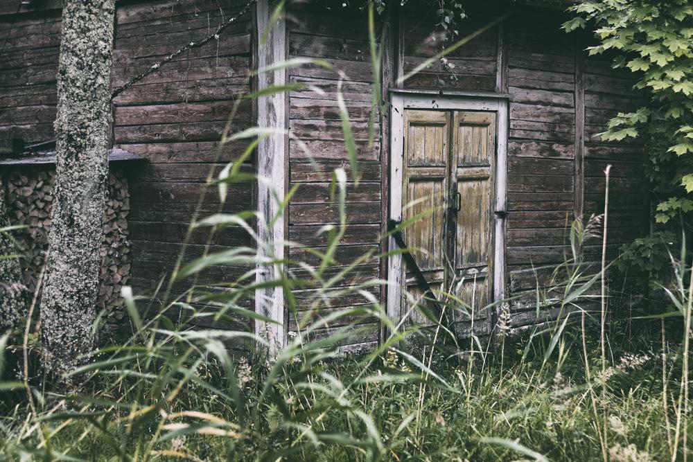 luonto, nature, Porkkalanniemi, Kirkkonummi, Suomi, Finland, visitfinland, experiencefinland, naturelovers, outdoorphotography, outdoors, Visualaddict, valokuvaaja, Frida Steiner, luontovalokuva, pelto, metsä, vanha rakennus, ovi