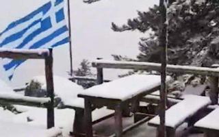 Η Πάρνηθα ντύθηκε στα λευκά από το πρωί και οι εικόνες είναι μαγευτικές (Εικόνες & Βίντεο)
