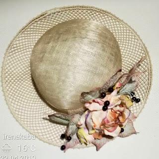 kapelusz z koronki klockowej i kwiaty z foamiranu