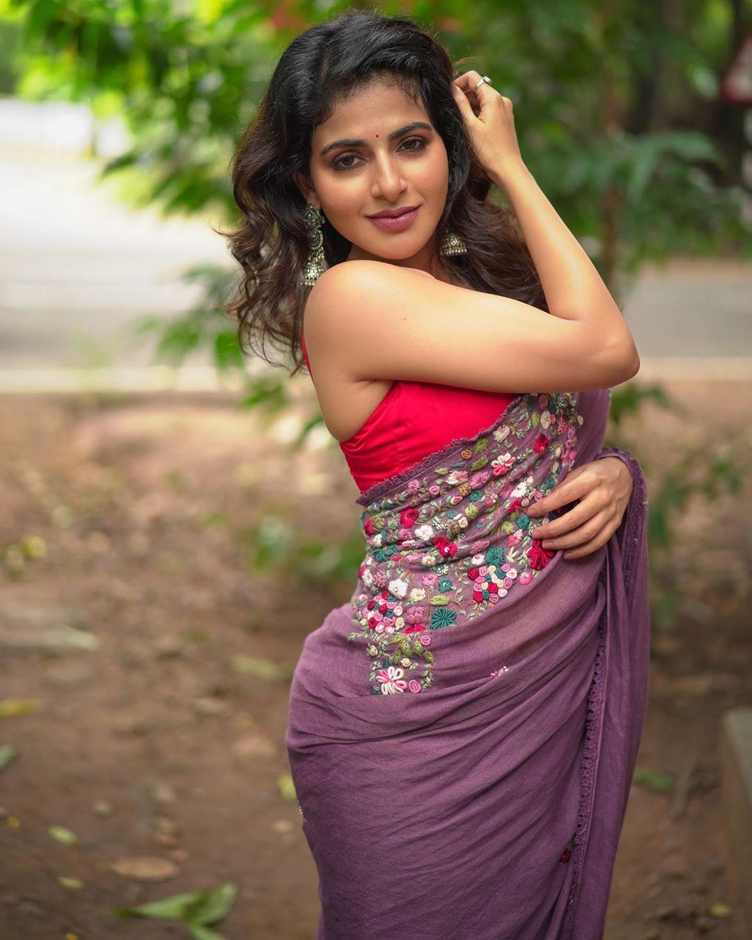 tamil-actress-iswarya-menon-saree-stills