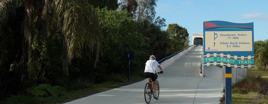 Puente del camino para bicicletas sobre el Tamiami Trail