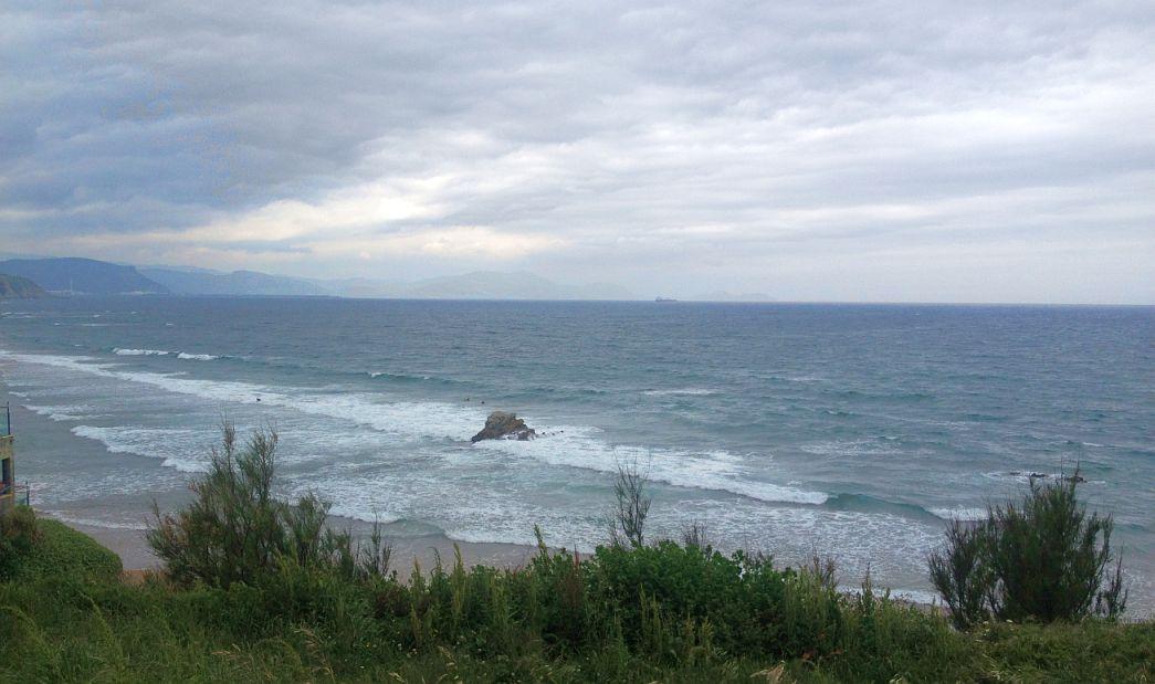 penon sopela surfistas mar