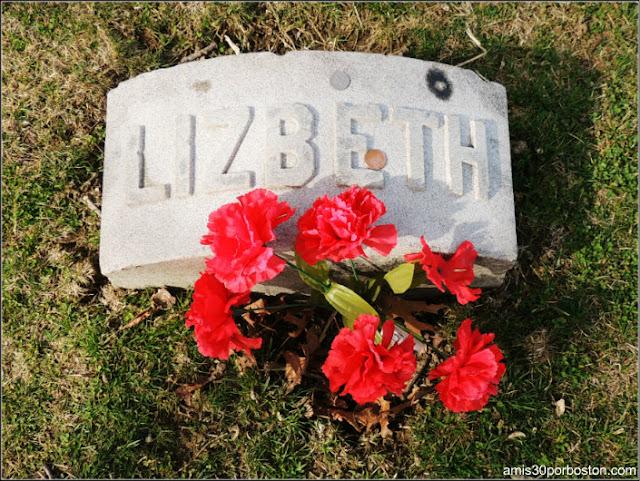 Tumba de Lizzie Borden en el Oak Grove Cementery