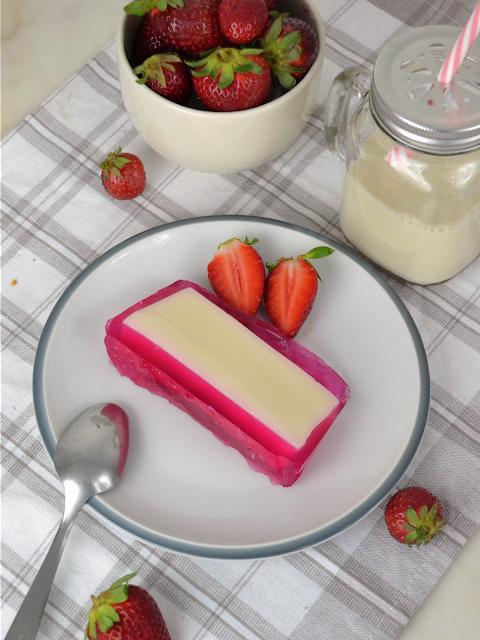 Flotatina de leche condesada y fresa. Tarta de gelatina