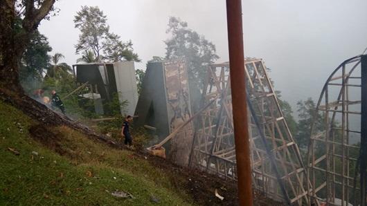 """Tagline """"Padang Kota Tercinta"""" Bernilai Miliran Rupiah Terbakar, Damkar Turunkan Kekuatan Penuh"""