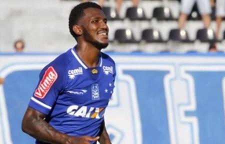 Bahia faz sondagem por atacante Douglas Coutinho