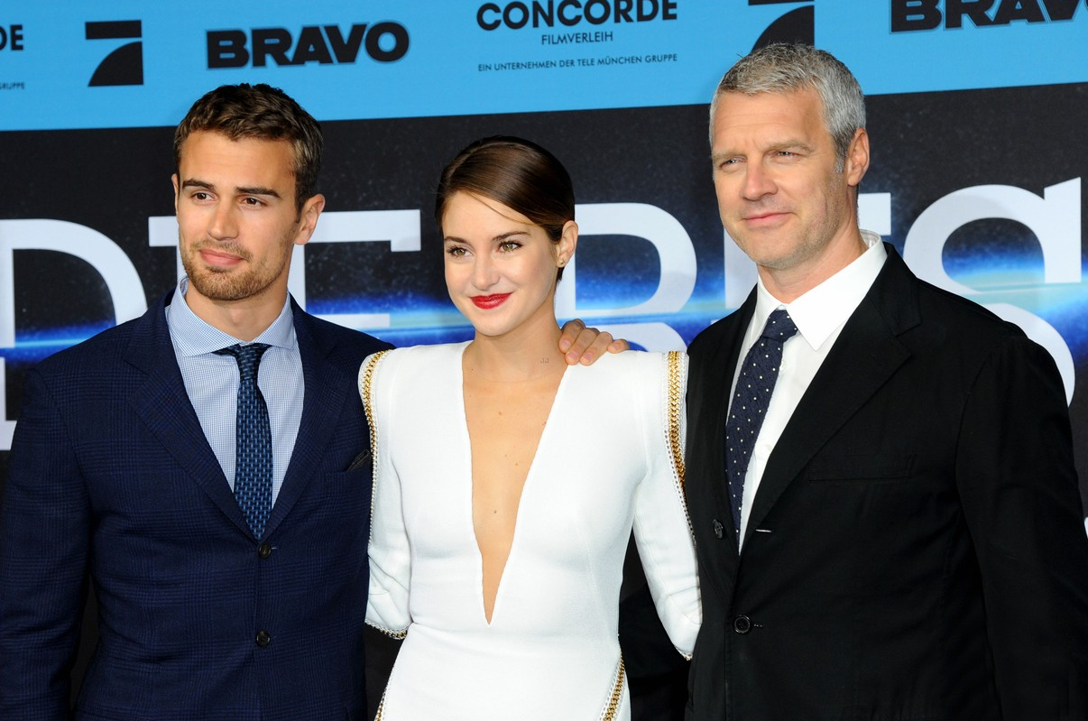 Shailene Woodley Wows In Red at 'Divergent' Madrid ...  Shailene Woodley And Theo James Divergent Premiere