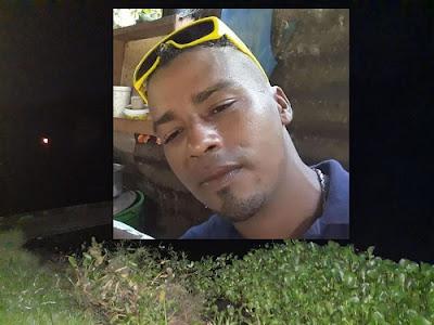 Um morador de Ipiaú desapareceu durante uma pesca na tarde dessa quarta-feira (02), no Rio de Contas. Conforme apurou o GIRO, Roniely dos Santos, de 34 anos, morador da zona rural de Ipiaú, estava acampado com mais cinco primos, nas margens do rio, no município de Barra do Rocha, quando mergulhou e desapareceu. Populares fizeram buscas mas, não o encontraram. O Corpo de Bombeiros de Jequié foi acionado e se dirigiu ao local no início da noite, mas não teve condições de realizar as buscas, que deverão ser iniciadas na manhã dessa sexta-feira (03). Roniely é morador da zona rural de Ipiaú e possui familiares na Avenida São Salvador.  Outro caso de desaparecimento em Ipiaú   Ainda em Ipiaú, outro homem que saiu de casa para pescar é procurado por familiares desde o início da manhã dessa quinta-feira (02). De acordo com informações de familiares, José Sena Santana, 43, apelidado de Nagô, saiu de casa, no Caminho 17, bairro ACM, por volta das 18h de quarta-feira (01), afirmando que iria pescar, desde então não deu mais notícias. A família informou que ele faz uso constante de bebida alcoólica. Segundo uma sobrinha dele informou ao GIRO, Nagô disse que iria pescar na companhia de outro morador do bairro, conhecido pelo prenome de Jhony. Até a publicação dessa matéria, segundo a família de José Santana, não havia nenhuma informação sobre o paradeiro da dupla. (Giro Ipiaú)