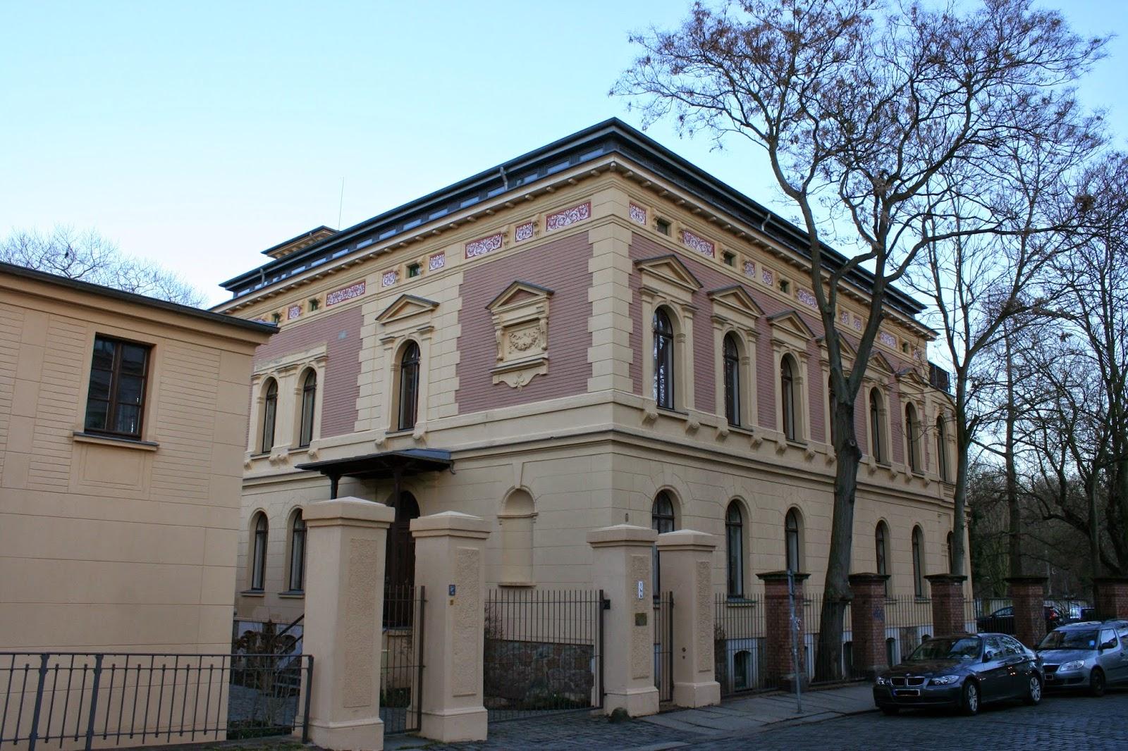 """Die im Stil des Historismus angelegte sogenannte """"Karl-Heine-Villa"""" an der Könneritzstraße im Stadtteil Schleußig wurde 1874 für den Leipziger Rechstanwalt sowie Industriepionier Karl Heine erbaut - es war sein letztes Haus, er lebte seine letzten Jahre darin"""
