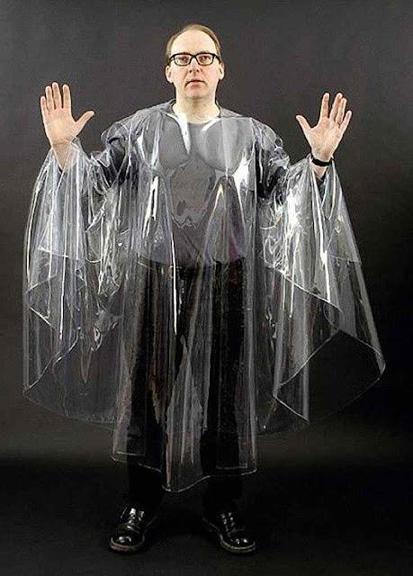 O bispo D. Glettler 'paramentado' com casula de plástico vulgar