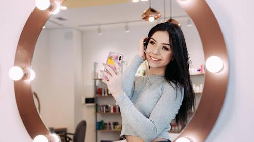 Tips Membuat Foto Mirror Selfie OOTD yang Keren
