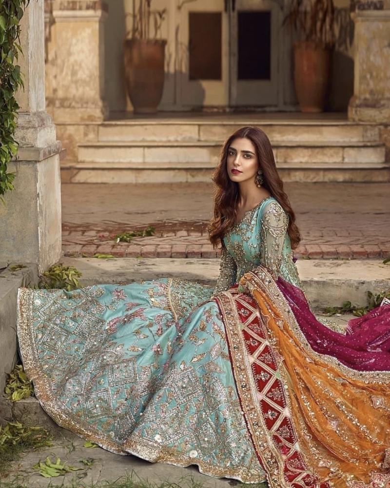 Artis Pakistan Cantik Maya Ali manis dengan rambut pirang dan baju tradisional