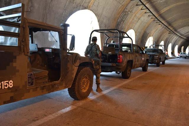 """El operativo en Sinaloa que mantiene concentrado a soldados Tras tiroteo, Ejército busca a grupo armado que los """"reto"""" y mato a uno con docena de vehículos y par de helicópteros"""