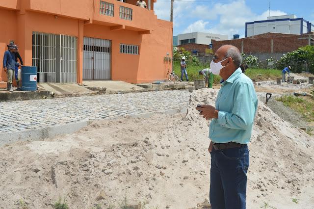 O Prefeito de Goiana, Eduardo Honório esteve visitando as obras de pavimentação na Boa Vista