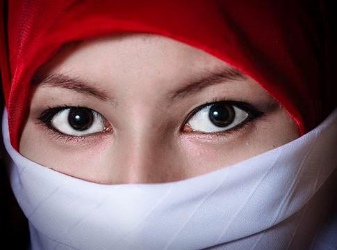 Gambar Cewek Cantik Berkilbab Bendera Merah Putih DP Status Hari Kemerdekaan 17 Agustus