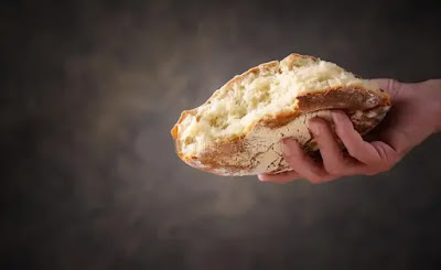 إعطاء الخبز في المنام