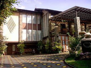 Villa Garuda Kartika / Gartik Istana Bunga Lembang Fasilitas Kolam Renang Pribadi Plus Halaman Luas