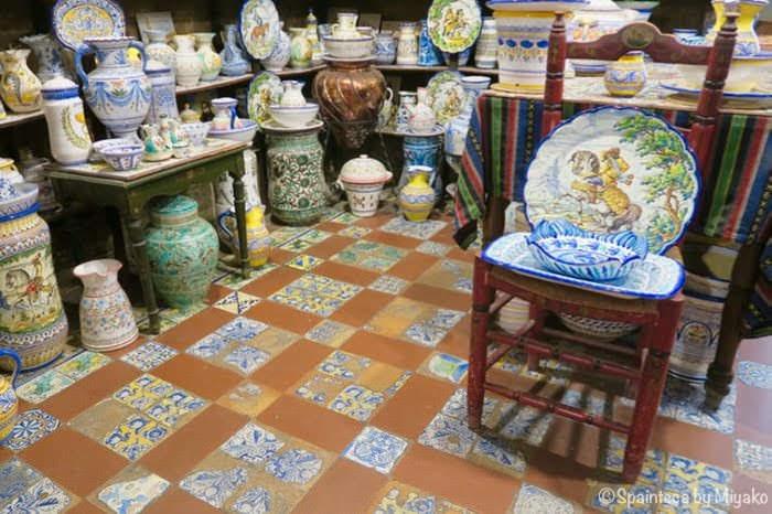 マドリードの陶器専門店内の創業当時のままの彩のある床タイル