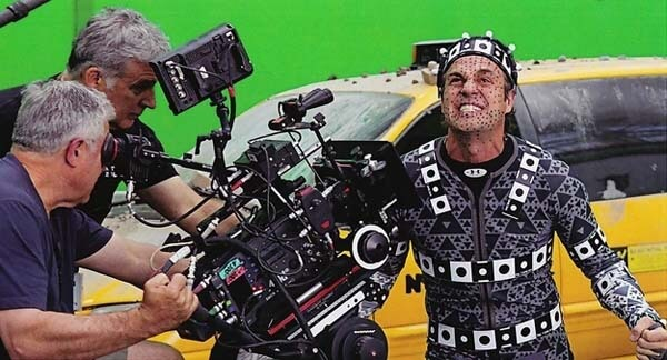 60 Iconic Behind-The-Scenes Pictures Of Actors That Underline The Difference Between Movies And Reality - Is this the Hulk or Bruce Banner