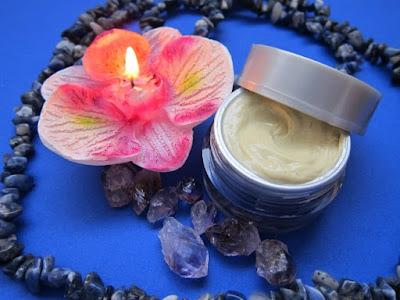 mencerahkan dan merawat kulit wajah dengan rangkaian produk premium white glow orkkay skincare