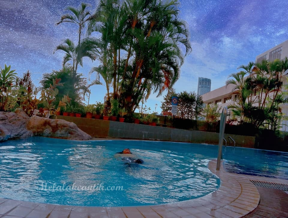Review Kolam Renang Hotel Royal Penang