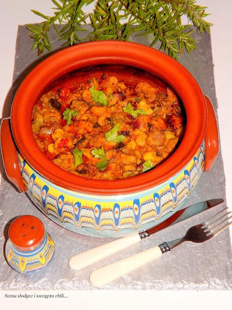 Gulasz z warzywami pieczony w Gjuwecz.