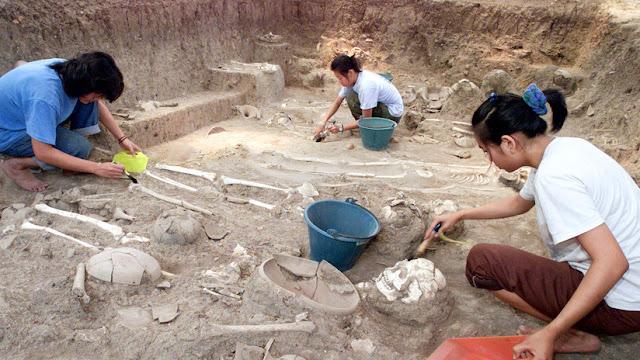 Arqueólogos encuentran un 'iPhone' de 2.100 años de antigüedad en una tumba de la Atlántida rusa