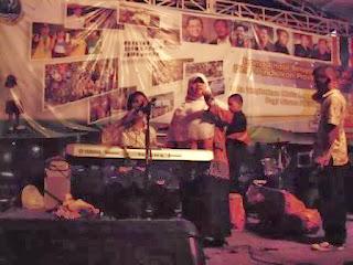 Aksi panggung siswa tunanetra (pemain keyboard)