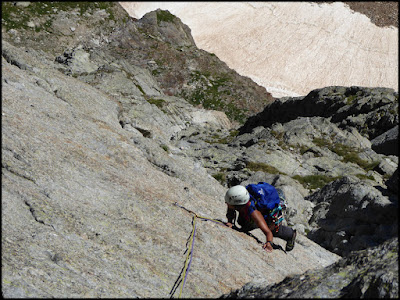Escalando el quinto largo a la Adishatz al Spijeoles