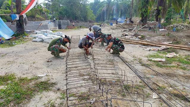 Pada Sasaran Fisik Pembuatan Kerangka Besi Pengecoran Lantai Tanggul Penahan Air Oleh Satgas TMMD Kodim 0207/Simalungun
