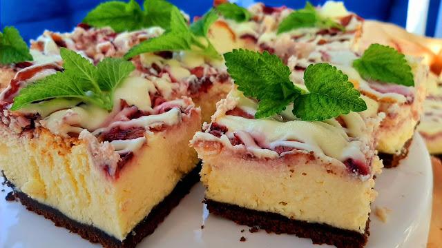 Sernik z truskawkami i białą czekoladą  - Czytaj więcej »