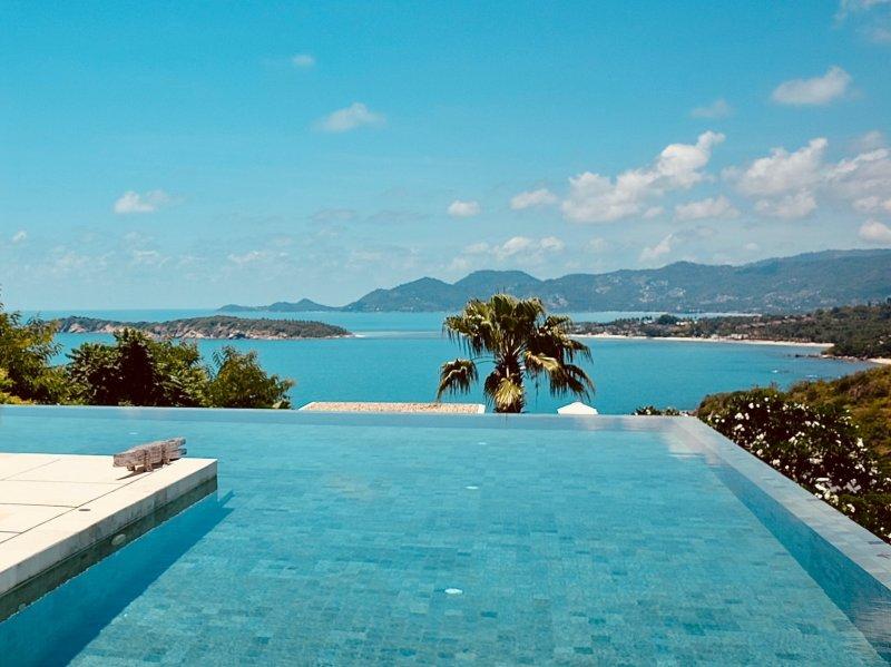 piscina panoramica con bordo a sfioro