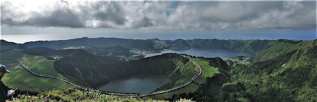 Vista panorámica de la Laguna Verde, Azul, Rasa y Santiago desde el Mirador de Gruta del Infierno en Sete Cidades (Azores)