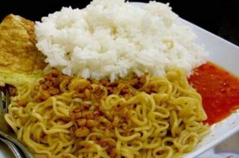ciri khas orang indonesia makan mi campur nasi
