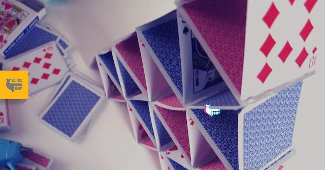 pilha de cartas com o logo da QDois na lateral