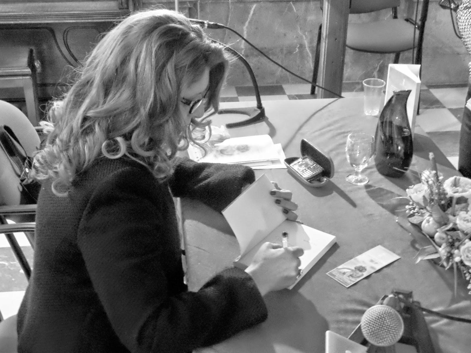 escritor-firma-novela-evento-presentación