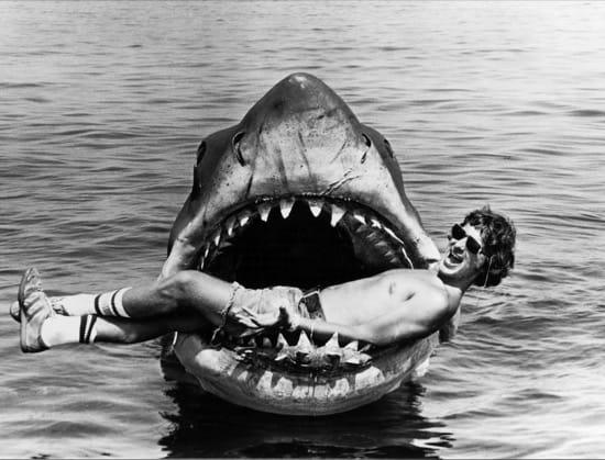 Spielberg dentro de la maqueta de Tiburón
