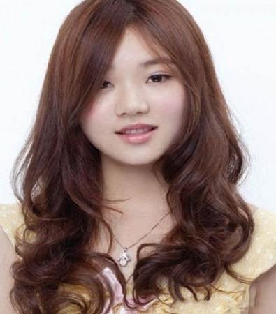 Model rambut panjang bergelombang untuk wajah bulat