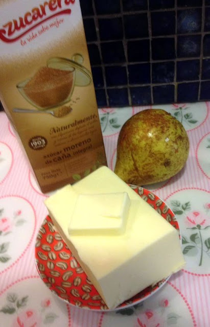 tartaletas de morcilla con pera caramelizada