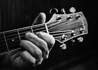 Faça algo legal para Deus como tocar um instrumento!