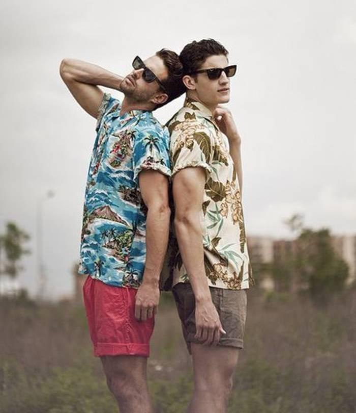 Dois modelos com camisa floral masculina posando para fotos