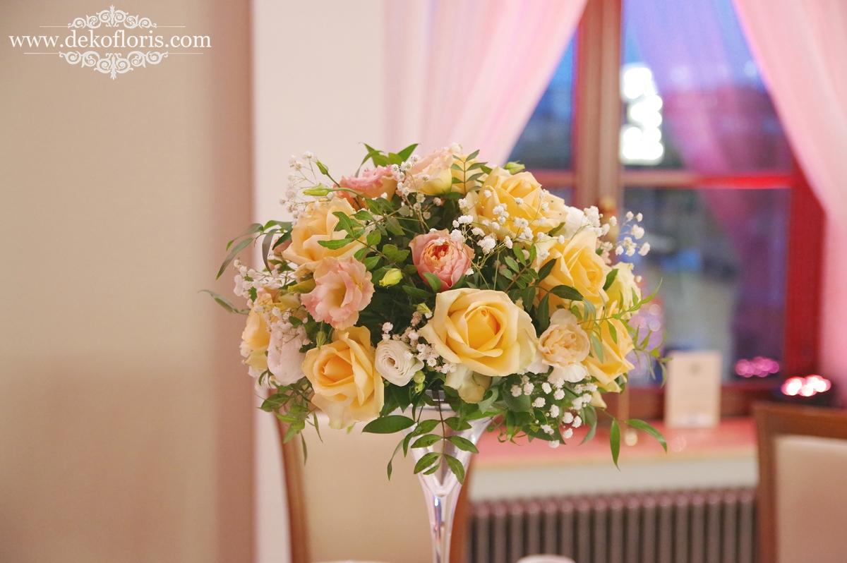 Brzoskwiniowe bukiety - dekoracja weselna Dworek Komorno