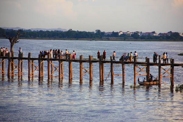 Puente de madera U-Bein en Mandalay - Myanmar