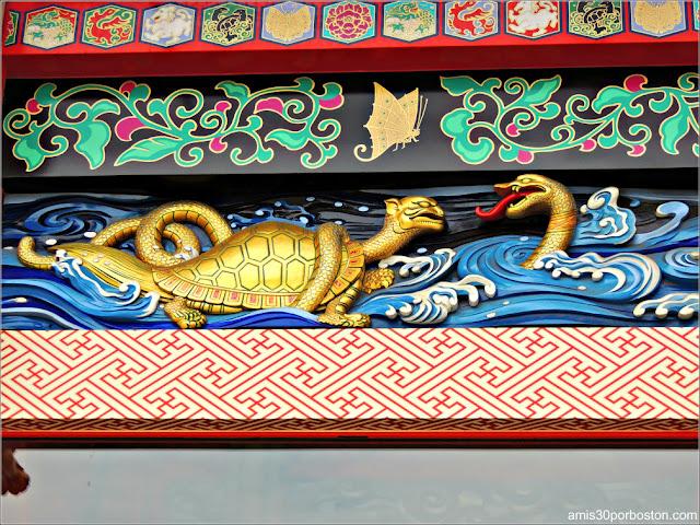 Detalles de la Puerta del Santuario Kanda Myojin en Tokio