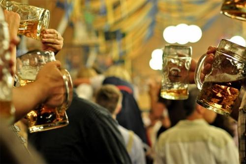 thưởng thức các ly bia