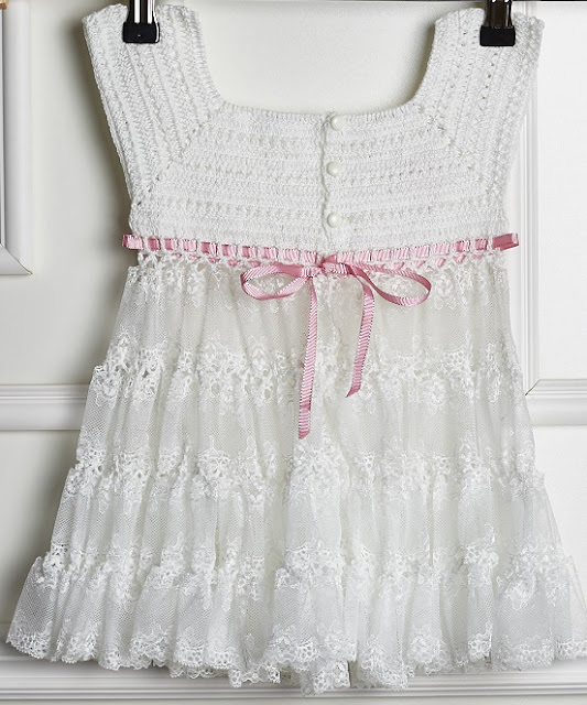 Vestido de crochê infantil branco e rosa - Receita, gráfico e passo a passo