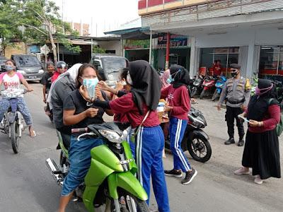 KKN Poltekkes Kemenkes Mataram, saat membagikan masker ke para pengunjung di pasar Mujur