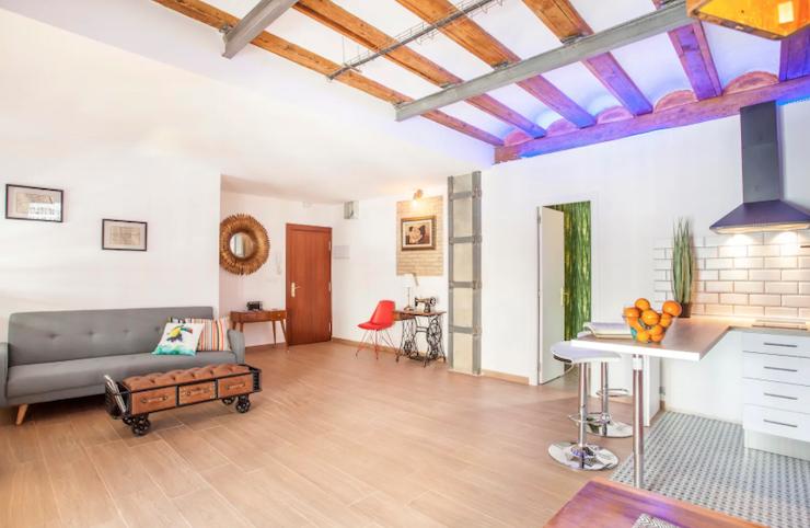 Cómo decorar una casa para alquilar: salón con objetos restaurados y piezas vintage.