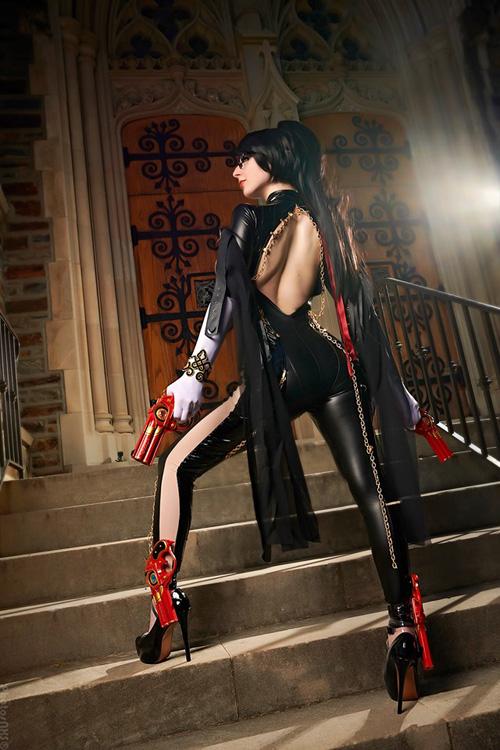 Scarlet S2 con su genial cosplay de Bayonetta